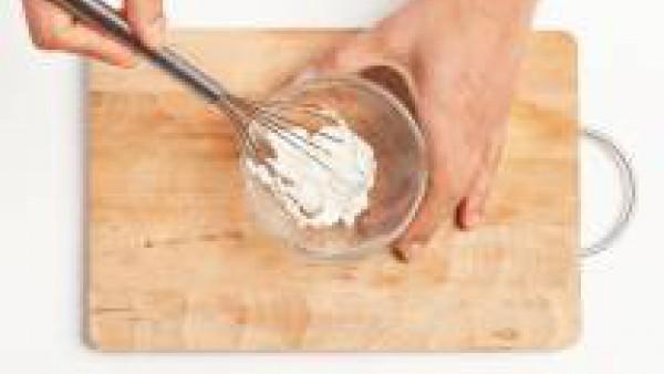 Aparte, coloca la ricotta en un tazón grande; añade sal y 1 cucharadita de aceite de oliva. Monta ligeramente hasta adquirir una consistencia blanda cremosa.