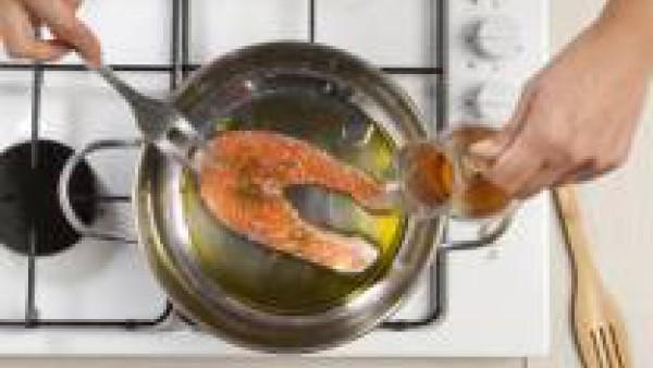 En un cazo con un poco de aceite rehogar el pescado por ambos lados. Añadir el Caldo casero de Verduras 100% Natural y dejar durante 8 minutos.