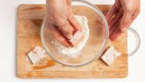 Corta en trozos no demasiado pequeños el pescado. Vierte la harina de arroz en un tazón y añade una pizca de sal y pimienta y enharina el pescado. En un wok, fríelo en abundante aceite caliente.