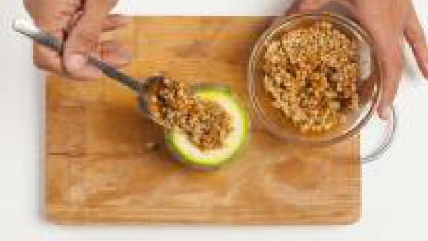 Rellena los calabacines con trigo cocido con la salsa de tomate y la carne picada previamente cocida, cubre con la tapa y unta los calabacines rellenos con aceite de oliva. Hornea durante 20 minutos a