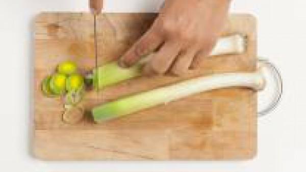 Pela y lava las espinacas bien. Lava los puerros y corta en rodajas. En una sartén de bordes altos, vierte 1 cucharada de aceite de oliva y añade las espinacas.