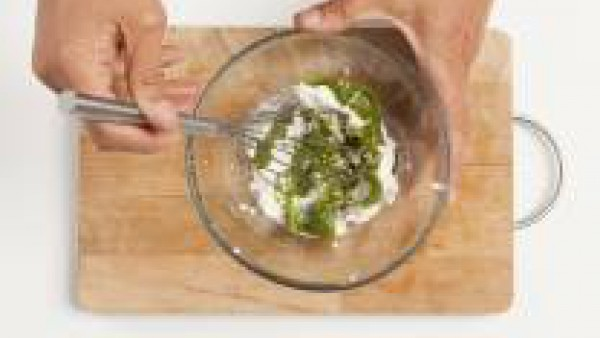 En un bol, mezcla el requesón con la salsa pesto, asegurándote que los ingredientes queden bien mezclados. Por separado, prepara Mi Salsa Bechamel Gallina Blanca como indica el sobre.