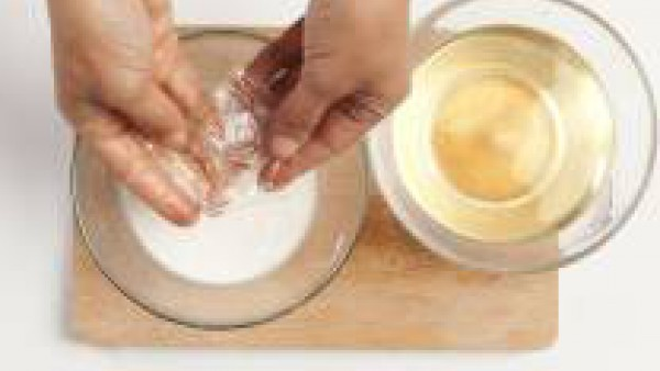 En un bol, remoja las hojas de gelatina en 1 cucharada de manzanilla, previamente puesta en infusión durante al menos 5 minutos. Luego, apriétalas y sumérgelas en un cazo con leche caliente y crema, r