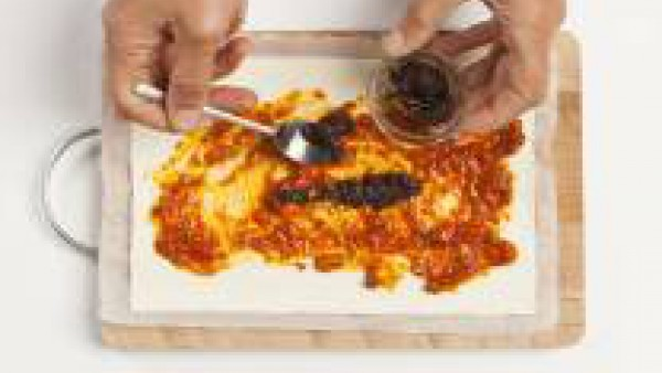 Cómo preparar Rollitos de tomate y olivas- Paso 2