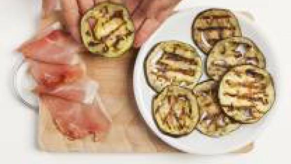 En una sartén con aceite, cuece la carne y posteriormente mézclala con el Tomate Frito Gallina Blanca.