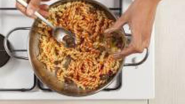 Añade 1 cucharada de aceite de oliva virgen extra, el Tomate Frito Gallina Blanca y el atún.