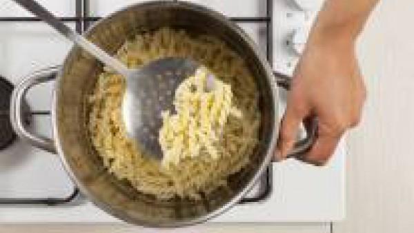 En una olla con agua hirviendo, cuece la pasta con una pastilla de Avecrem Caldo de Pollo, siguiendo las instrucciones del envase. Después de la cocción, escurre y transfiérelos en un sartén.