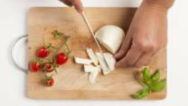Corta la mozzarella en dados déjala escurrir para que pierda el exceso de agua.