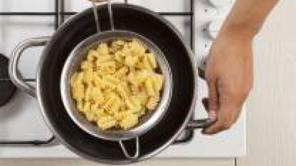 En una olla grande, hierve la pasta junto con una pastilla de Avecrem Caldo de Pollo durante el tiempo indicado en el envase.