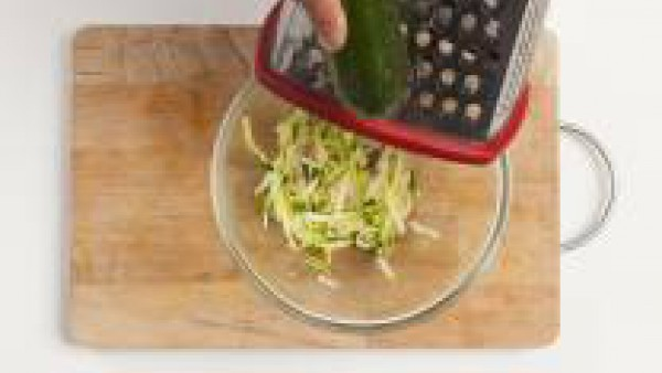 Lavada, pela y ralla el calabacín. Pela las patatas y rallalas con un rallador.