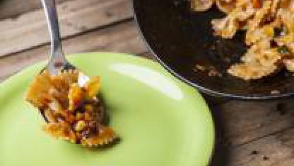 En una sartén, dora las verduras con 1 cucharada de aceite de oliva virgen extra durante unos 7 minutos.