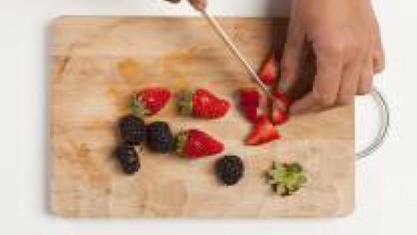 Lava y limpia la fruta y córtala en cubos.