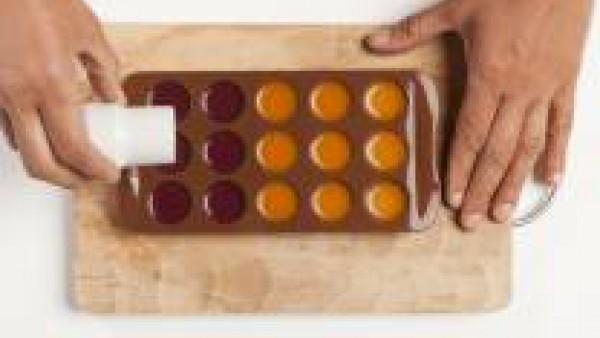 En una cacerola, pon el puré de frutas y derrite 1 cucharadita de gelatina agar agar.