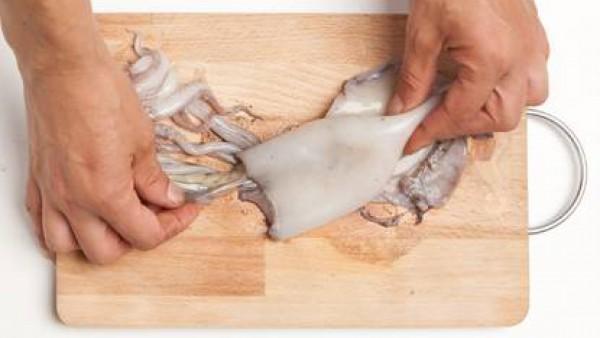 Limpia los calamares, retirando su interior y cortándole los tentáculos. Lávalo en abundante agua.