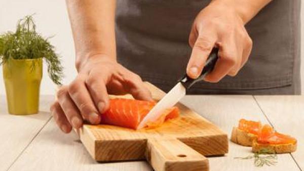 Corta finamente el filete de salmón y prepara las hojas de eneldo. Sirve la crema de zanahorias acompañada del pan frito, el salmón y el eneldo. Espolvorea con pimienta al gusto y aliña con un poco de