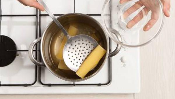 Cuece las placas de Canelones el Pavo en agua con sal.