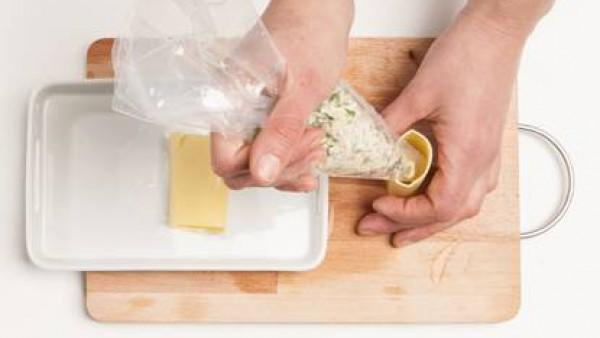 Con la ayuda de una cuchara, rellena los canelones con la mezcla del tofu y la albahaca que hemos preparado previamente.