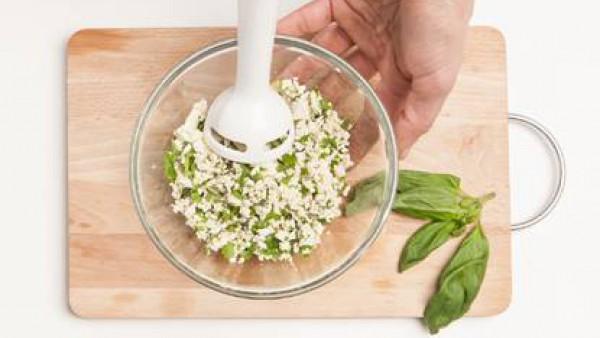 Tritura bon una batidora el tofu, la albahaca y otras hierbas frescas de tu elección.