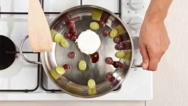 Saltea las uvas en una sartén con un poco de aceite de oliva. vinagre balsámico y el Avecrem. Cocina a fuego lento durante 3-4 minutos. Añade el queso y cocina durante 2 minutos. Pon el queso sobre la