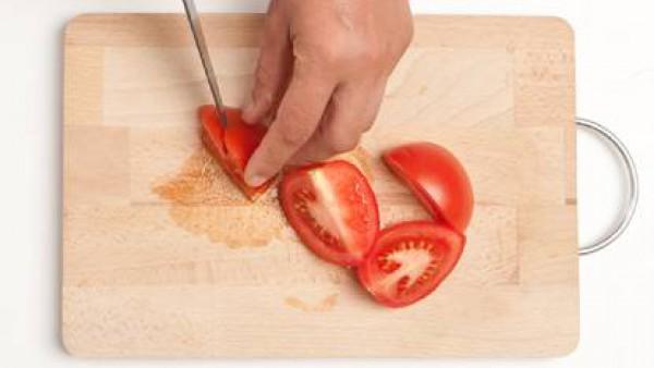 Corta los tomates lavados previamente.