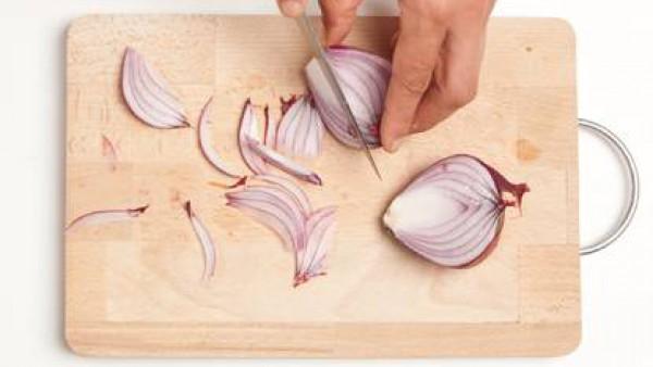 Corta finamente las rodajas de cebolla roja, prepara la menta y la albahaca, moja el pan con el caldo realizado con 1 pastilla de Avecrem Caldo de Pollo disuelta en 1 vaso de agua. Mezcla bien y prepa