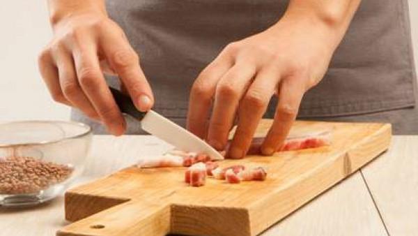 Corta la panceta en tiras y la cebolla en rodajas finas.