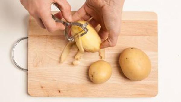 Pela las patatas y córtalas en trozos.