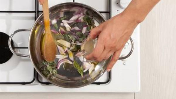 Sofríe la cebolla en aceite de oliva virgen extra, añade unos minutos más tarde las hierbas picadas, sal y pimienta y agrega el vino blanco. Deja evaporar y añade los caquis cocidos en el caldo y cort