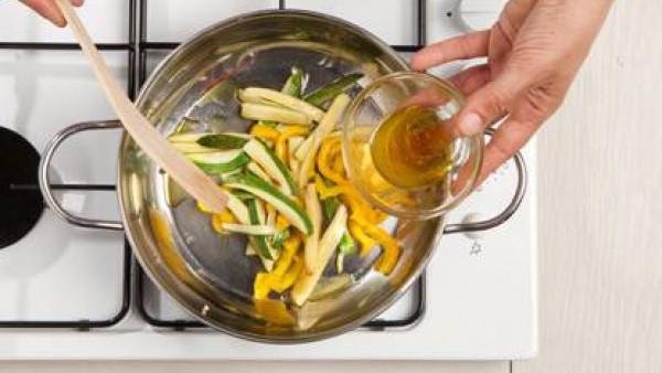Rehoga las cebollas en un poco de aceite, añade los pimientos y después de 5 minutos el calabacín. Cocina durante 10 minutos. a continuación, añade el adobo hecho con azúcar, aceite y vinagre y termin