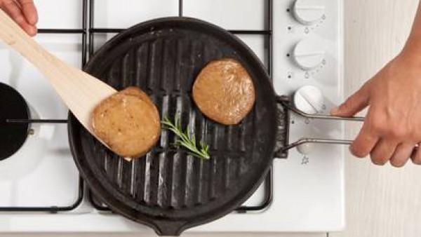 Tome seitán frito ambos lados en una olla de hierro fundido, añadir las sales de deshielo en sartén estrella tomillo y romero y una cucharada de aceite de oliva virgen extra, el romero y una pizca de