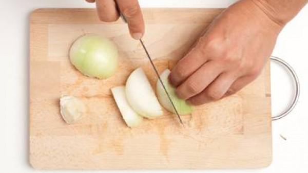 Corta también la cebolla.