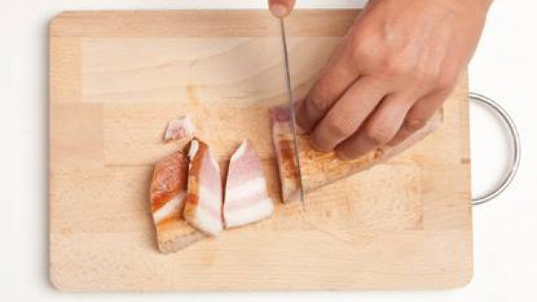 Corta en dados pequeños la panceta de cerdo.