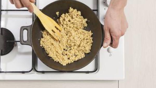 Tuesta el mijo en un wok con una cucharada de aceite de oliva virgen extra. A continuación, añade 200 ml de agua con sal y cocínalo por lo menos durante 10 minutos .