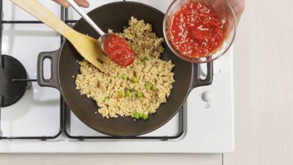 Añade los guisantes, las chalotas y el Tomate Frito Gallina Blanca y deja que se cocine en una olla tapada durante otros 10 minutos. Sazone con pimienta y añade la albahaca fresca picada.