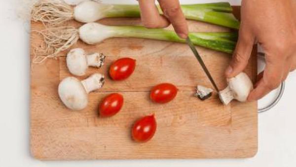 Lava bajo el chorro de agua los tomates cherry, pelados y quita las hojas exteriores de la cebolla; limpia las setas. En una cacerola, y prepara un caldo con el Avecrem.