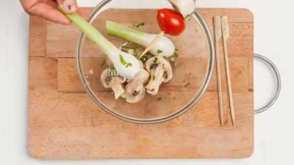 Prepara las brochetas, alternando 1 de setas, 1 cebolla y 1 tomate. Así dóralas en una plancha, y rocía con el caldo hecho con el Avecrem. Coloca los pinchos en platos de servir, rocía con el adobo de