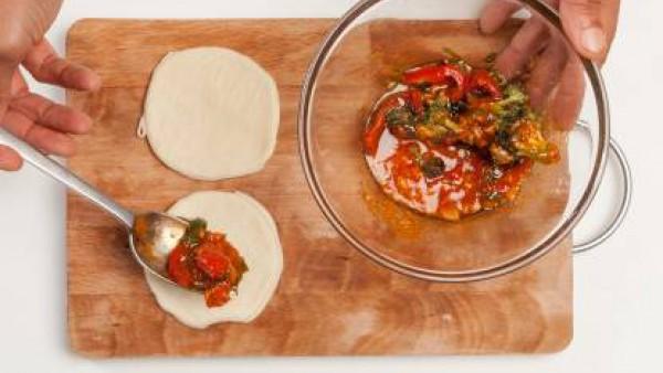 Rellena los discos con la salsa de carne y verduras, dóblalos y ciérralos con un tenedor y un cepillo con aceite. Hornea en el horno a 200 ° C y luego espolvorea con semillas de amapola al gusto y sir