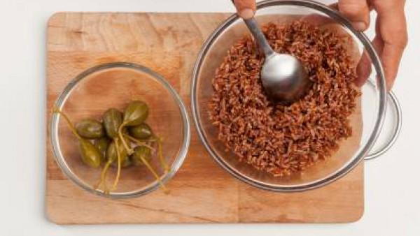 En una olla grande, cocina el arroz salvaje en agua con sal durante el tiempo indicado en el envase.