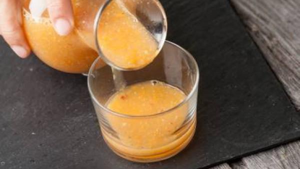 Tritura las zanahorias y manzana con el té y el zumo de limón.