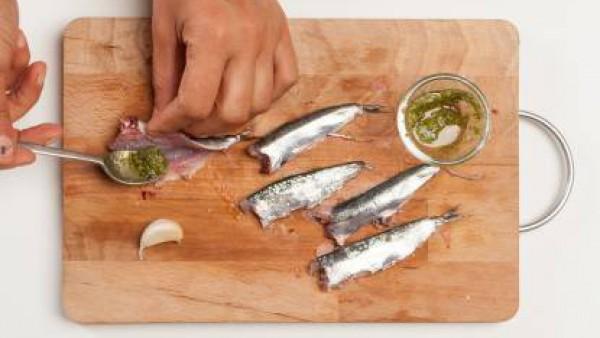 Cuando los pimientos estén bien cocidos, añade un poco de caldo preparada con una pastilla de Avecrem Dúo Paella de Pescado mientras remueves, para hacer la salsa más suave. Pon la salsa en fuentes in