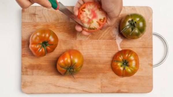 Lava los tomates y córtales la parte superior (que utilizaremos como tapa). Con un cuchillo afilado, vacía los tomates, teniendo cuidado de no dañar la parte exterior, y colócalos boca abajo para quit