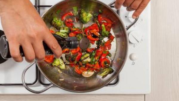 Por último, añade las hierbas (albahaca, romero... ) y unas gotas de vinagre balsámico. Servir caliente.