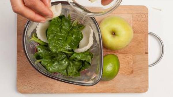 Lava las espinacas, exprime el jugo de lima, corta las manzanas verdes en trozos y el apio cortado a cubitos. Prepara una taza de té verde y déjala enfriar.