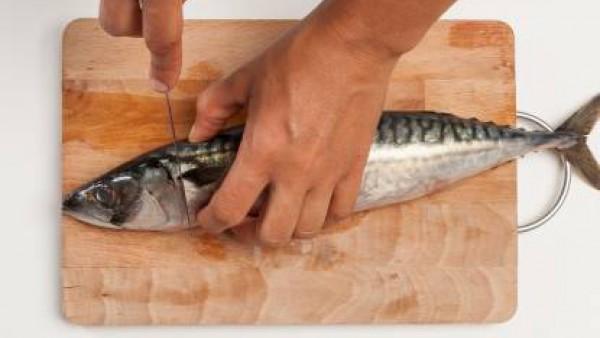 Limpia el pescado, quita la cabeza y vísceras y lava bien. Luego, dispón en una olla grande y deja cocer en abundante caldo elaborado con el Avecrem. Después de la cocción, escurre y deja enfriar; y f