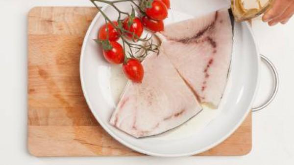 Añade a la fuente una taza de Caldo Casero de Verduras 100% Natural Gallina Blanca y 1 pastilla de Avecrem Dúo Paella de Pescado. Cocina el pescado y los tomates en el horno con un poco de aceite dura