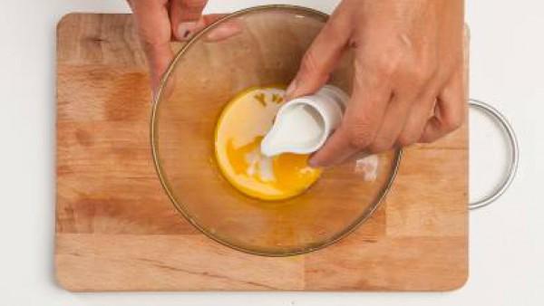 Prepara la masa para crepes: En un bol, bate los huevos con la leche; y en otro bol, vierta la harina, la levadura y el azúcar.