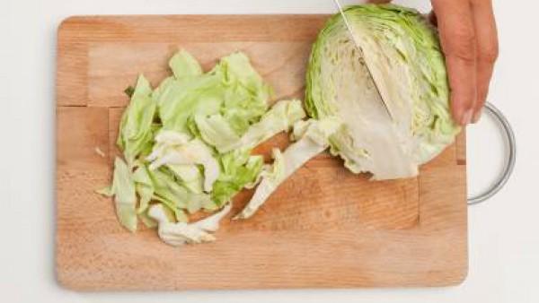 Lava y corta la col lo suficientemente delgada. En una sartén, saltea la col con 1 cucharada de aceite de oliva y 1 diente de ajo.