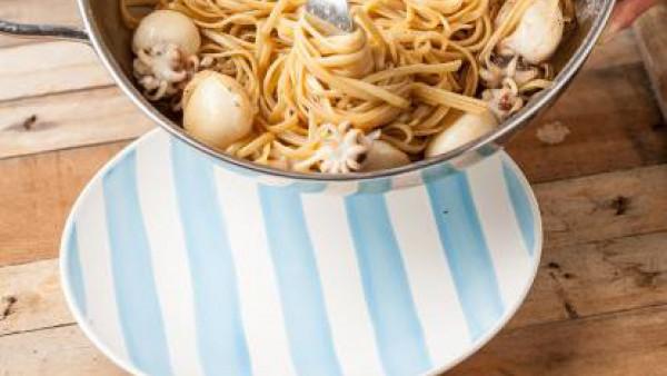 Después de la cocción, escurre la pasta y saltea en la sartén con el pescado y las migajas de pan tostado. Sazona con pimienta y sirve el plato caliente.