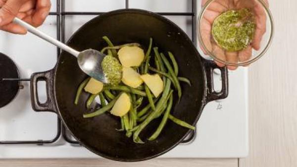 Después de unos 12/15 minutos, retira del fuego las judías, continúa la cocción de las patatas. Cuando estas se cocinen, pélalas y córtalas en trozos.