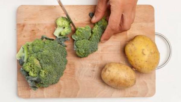 Lava las verduras. Corta el brócoli en pedazos, pela las patatas y córtalas en rodajas finas. Precalienta el horno a 180/200 ° C.